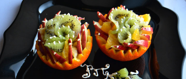 Яркий фруктовый салат в апельсиновой корзинке