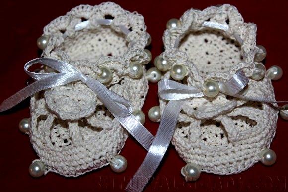 Белые пинетки: вязка с украшениями летний вариант