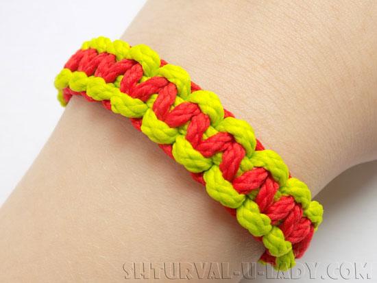 Плетеный браслет из цветных нуров