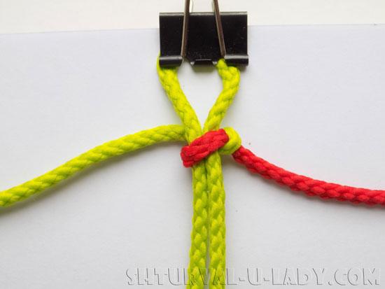 Плетение браслета из двухцветных шнуров