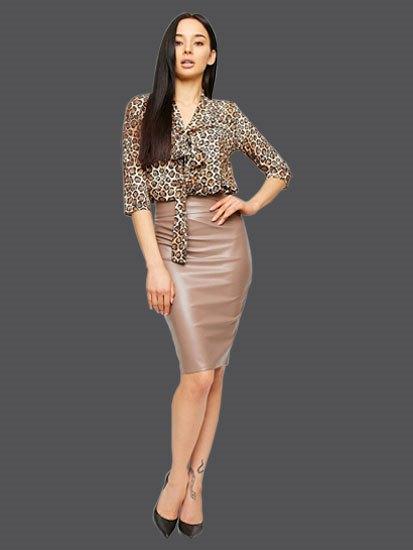 Леопардовая блуза с бежевой кожаной юбкой
