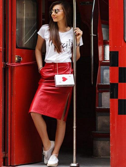 Городской лук с красной кожаной юбкой
