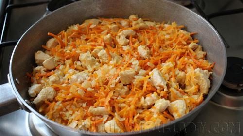 Пассеровка курицы, лука, моркови
