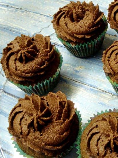 Шоколадные капкейки с начинкой