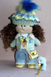 Текстильная кукла в шапке с помпоном