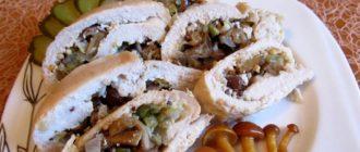 Нарезанный куриный рулет с грибами