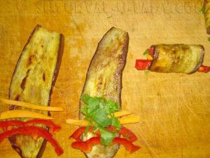 Формирование баклажанных рулетиков с овощами