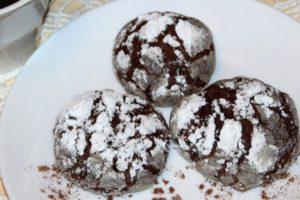 Шоколадные пряники в сахарной пудре