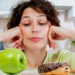 Девушка выбирает полезное или вредное питание