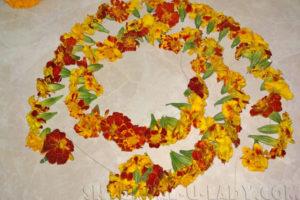 Нанизанные на нитку цветы бархатцев
