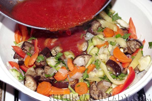 Добавка томатного соуса в соте