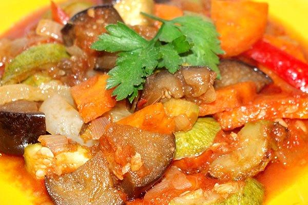 Аппетитное соте из баклажан в томатной заливке