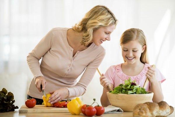 Мама учит дочку готовить