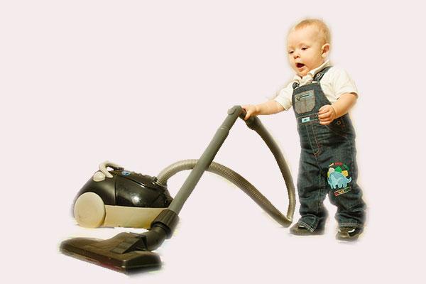 Маленький ребенок с пылесосом