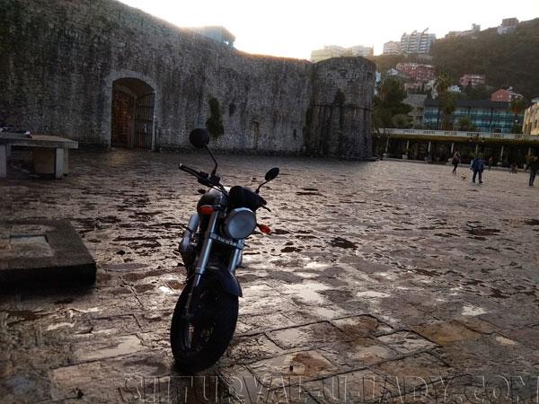 Мотоцикл на площади Будвы