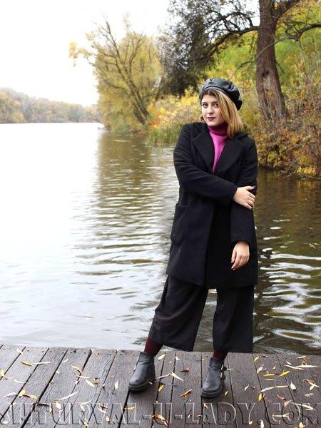 Девушка в кюлотах, берете у реки