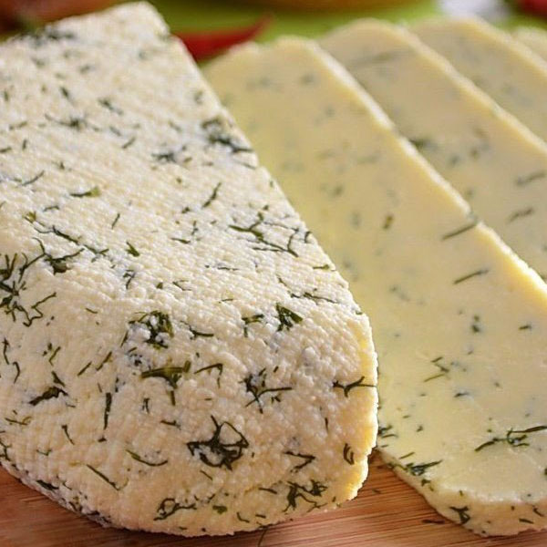 Сыр с укропом в разрезе