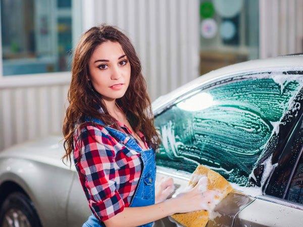 Девушка на автомойке