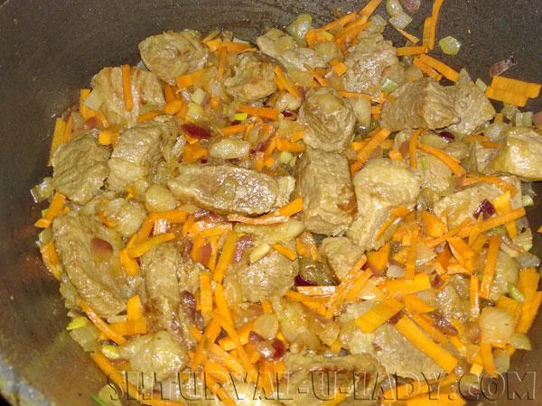 Обжарка мяса с морковью, луком