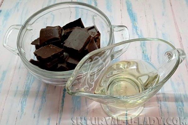 Кусочки шоколада, масло