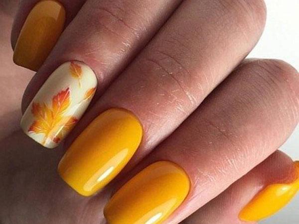 Желтый маникюр с кленовым листиком