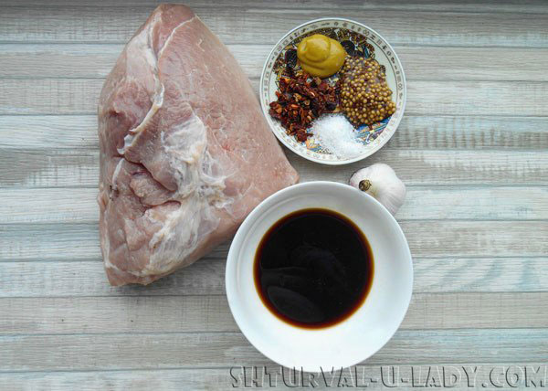 Кусок мяса, специи, гранатовый сок