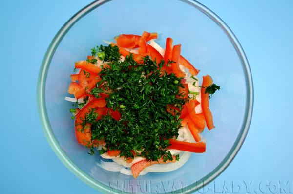 Добавление в салат измельченного укропа