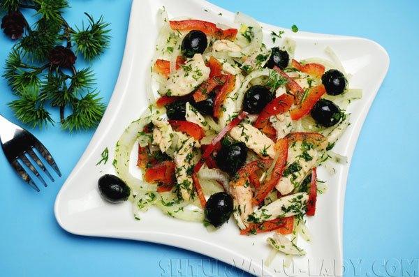 Салат с лососем, овощами, соком лимона