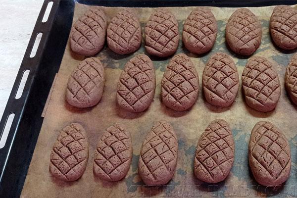 Шоколадное печенье шишки на противне