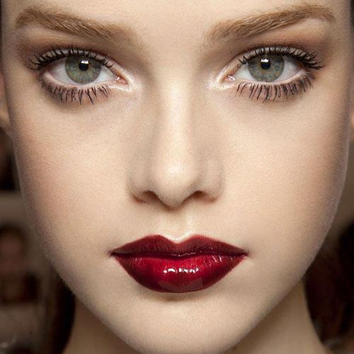 Девушка с серыми глазами, рубиновыми губами