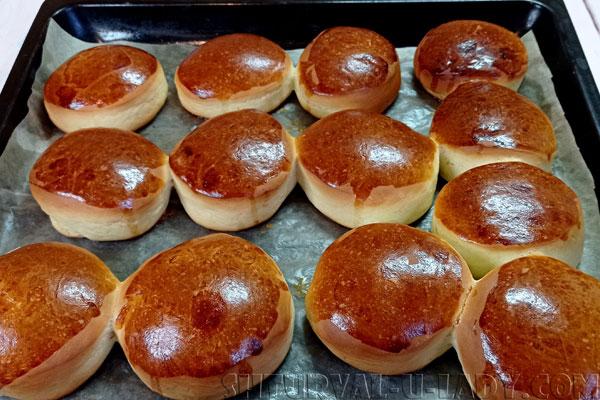 Румяные булочки на противне