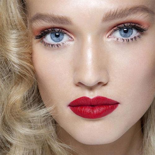 Блондинка с рубиновыми губами