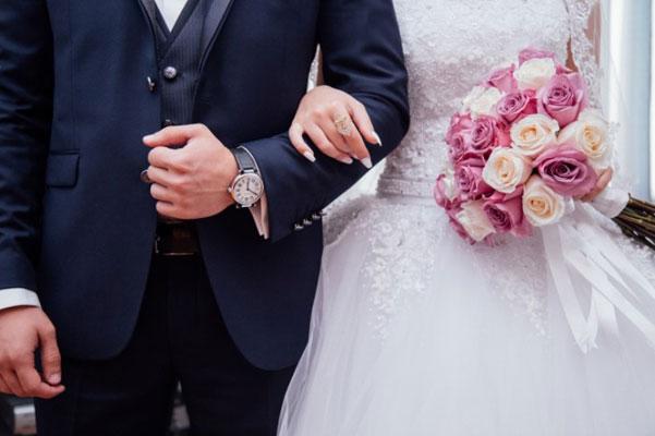 молодожены на свадебном торжестве