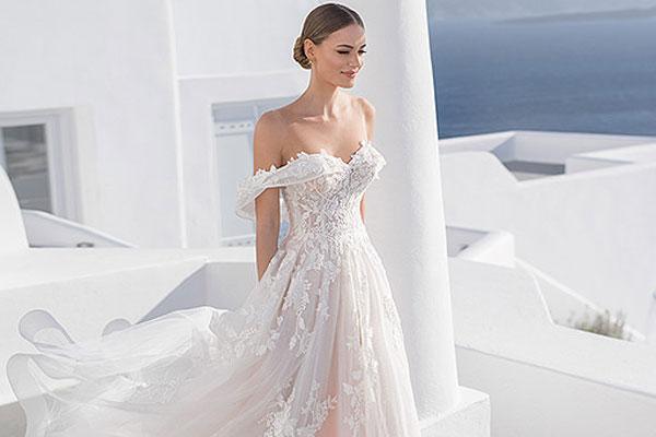 Открытое свадебное платье со спущенными плечами
