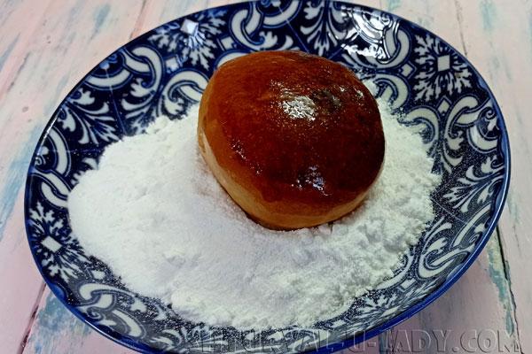 Булочка в сахарной пудре