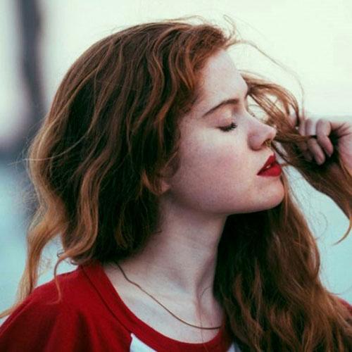 Красивая девушка с рыжими локонами, красными губами