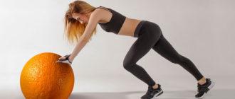 Спортивная девушка катит апельсин
