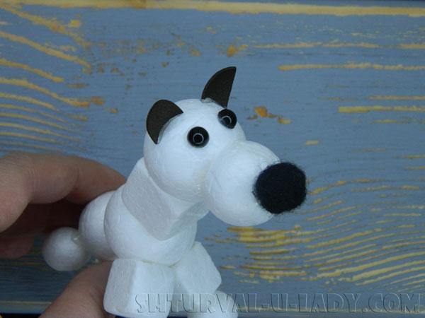 Приклеивание мелких деталей к собаке из пенопласта