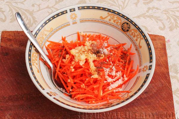 Смесь тертой морковки, чеснока