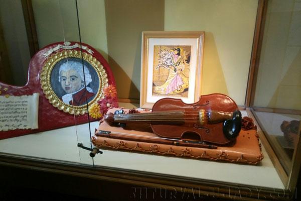 Портреты, скрипка из марципанов