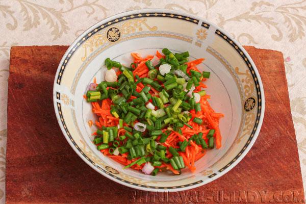 Тертая морковь с зеленым луком для салата