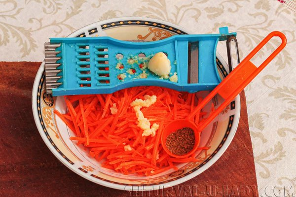 Морковь, чеснок на терке для салата