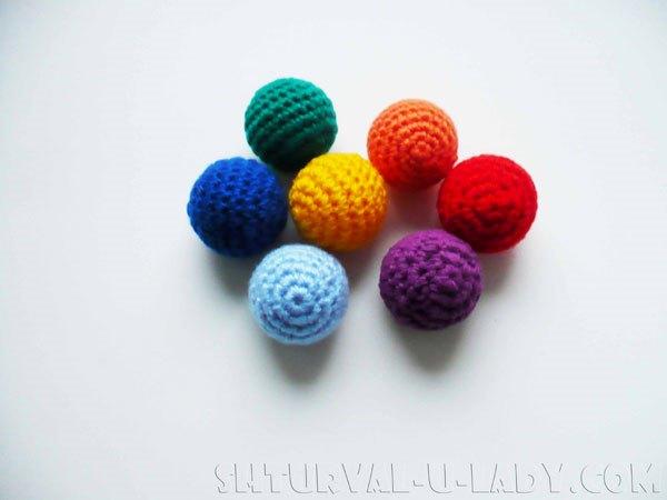 Вязаная развивающая игрушка: горошины в технике амигуруми разных цветов