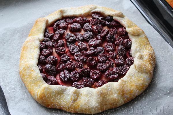 Открытый пирог, обсыпанный сахарной пудрой