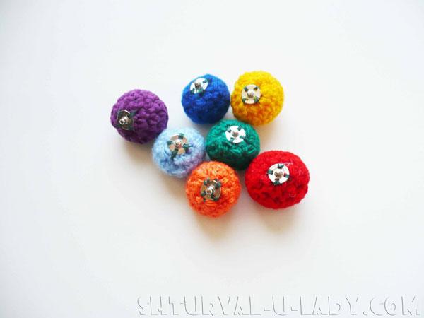 Разноцветные вязаные горошины с кнопками
