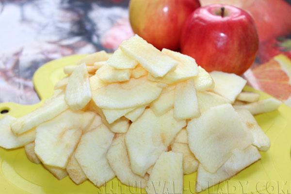 Нарезанные яблоки тонкими ломтиками