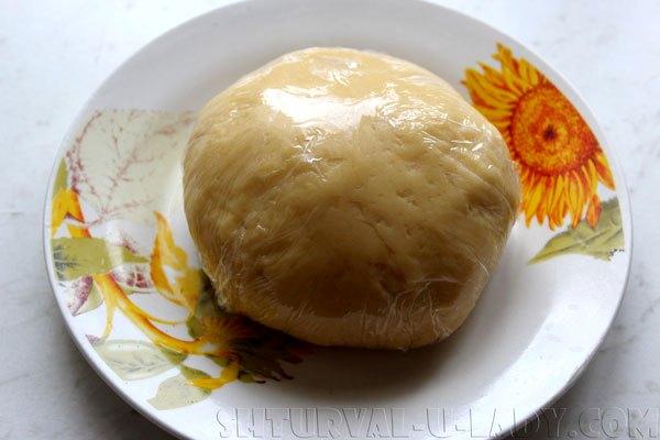 Пластичное тесто в пищевой пленке