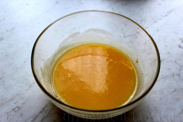 Смешанные жидкие ингредиенты для теста
