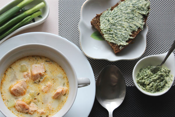 Рыбный суп, хлеб с укропным маслом