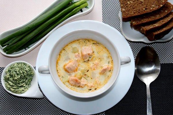 Финский суп: лосось, сливки, укропное масло, лук, ломтики хлеба